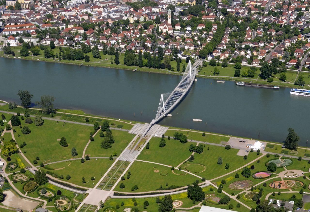 Sur le Rhin, la passerelle du jardin des Deux Rives relie Strasbourg et Kehl am Rhein ©ADEUS