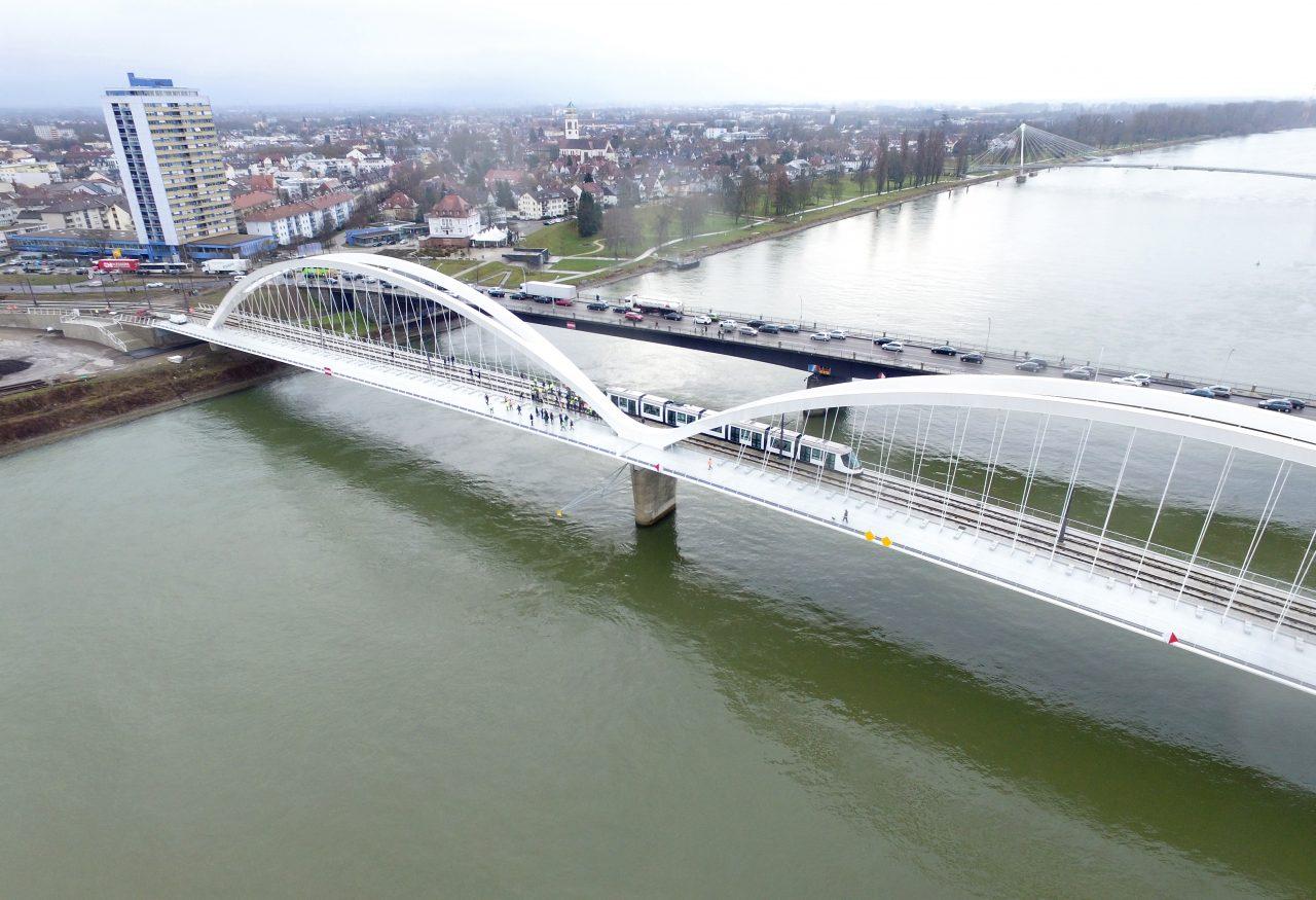 Le tramway franco-allemand traversant le Rhin sur le nouveau pont Beatus Rhenanus dessiné par Marc Barani(©AIRMEGAPIX)