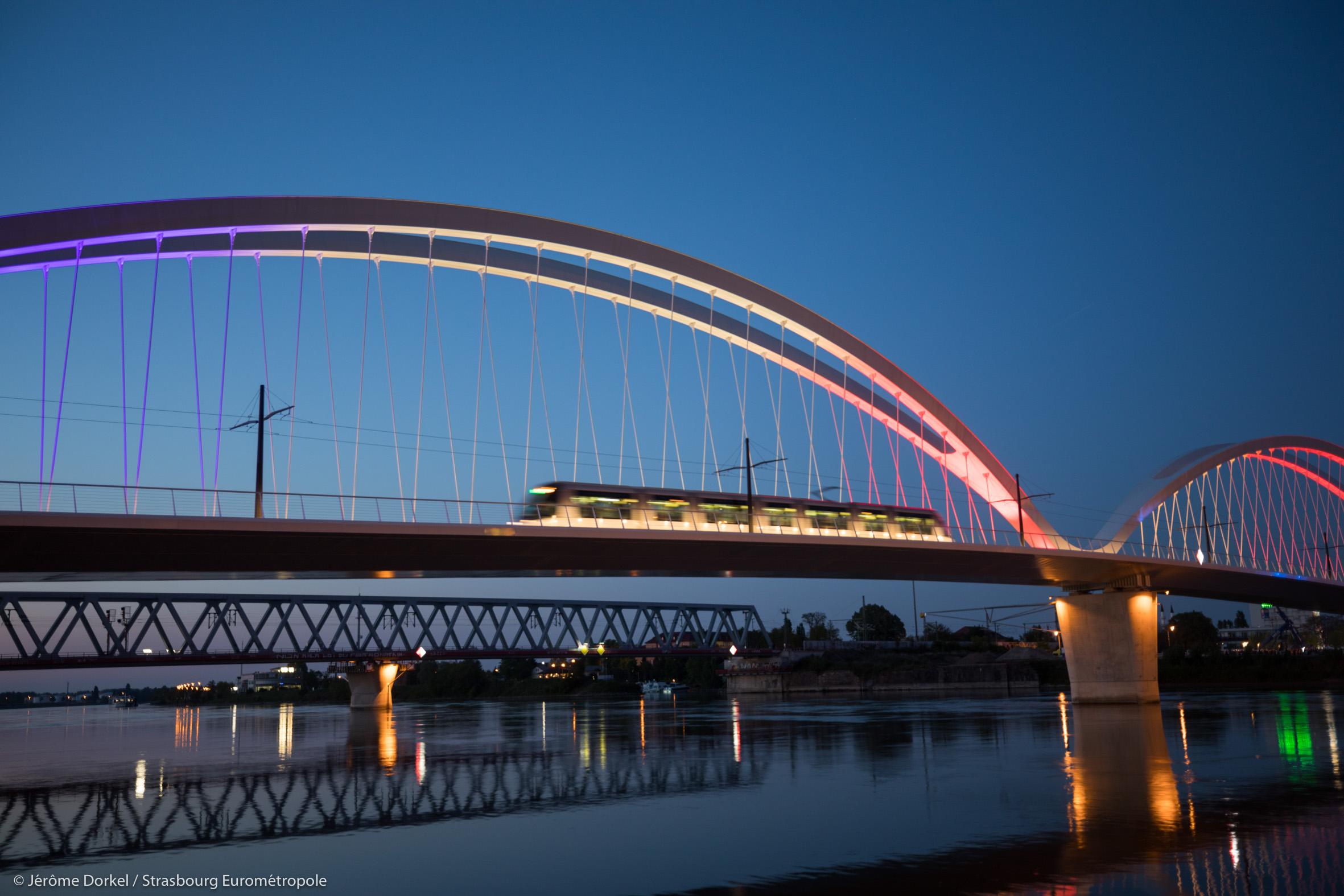 Le tramway transfrontalier traverse le Rhin sur le nouveau pont Beatus Rhenanus © Jérôme Dorkel / Eurométropole