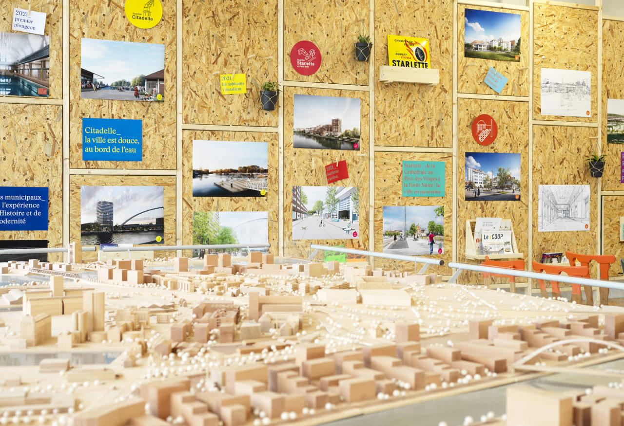 La grande maquette et le mur d'exposition du Point Coop © Siméon Levaillant
