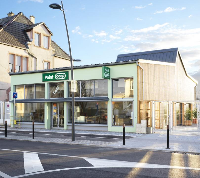 Façade du Point Coop - Café Deux-Rives vue depuis la rue du port du Rhin. Crédits photo : Siméon Levaillant