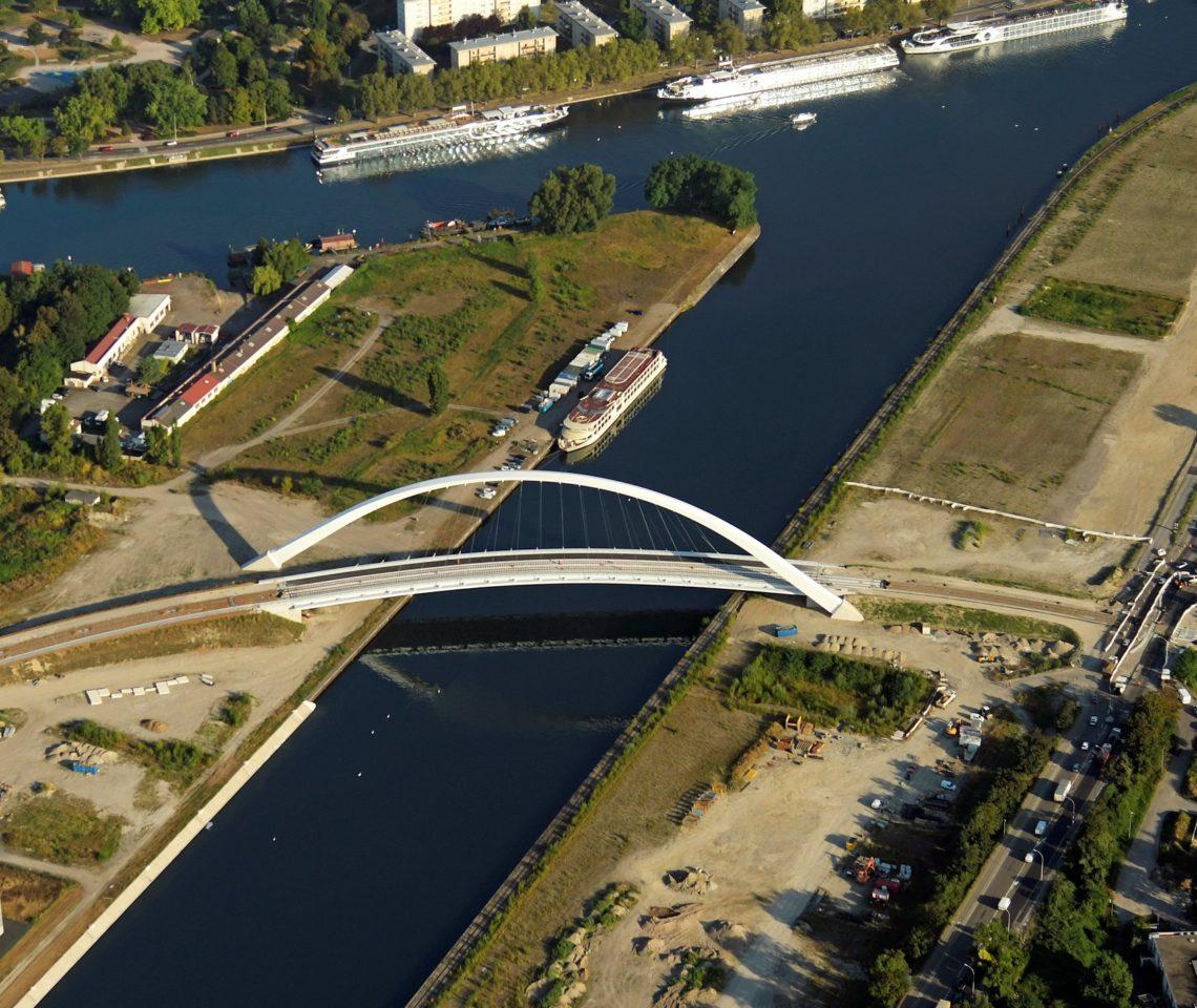 Les plateformes sont aujourd'hui installées au nord des quartiers Citadelle (à gauche) et Starlette (à droite), de part et d'autre du bassin Vauban. © J. Isenman pour l'ADEUS