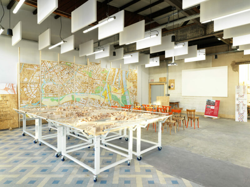 Vue de la salle d'exposition du Point Coop - Café Deux-Rives, sa maquette du projet urbain et son mur interactif. (Crédits photo : Siméon Levaillant)
