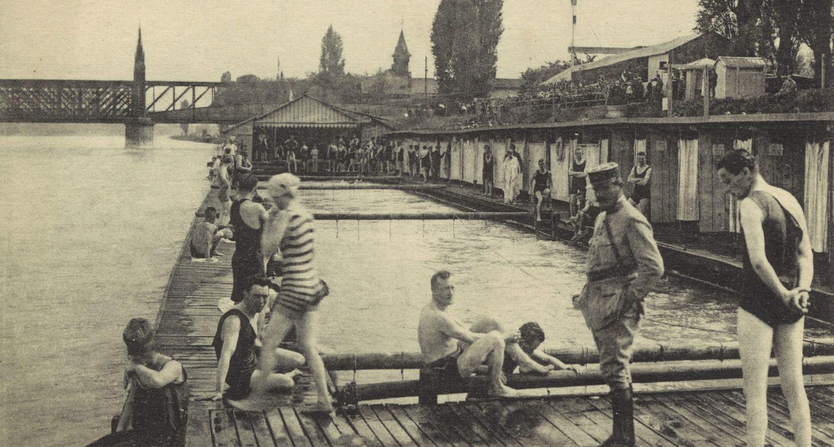 Les bains du Rhin (piscines sur le fleuve) à Strasbourg dans les années 1930 © AVES