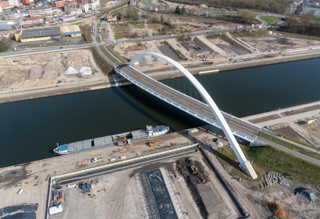La péniche au pied du pont André Bord © Groupe Thierry Muller