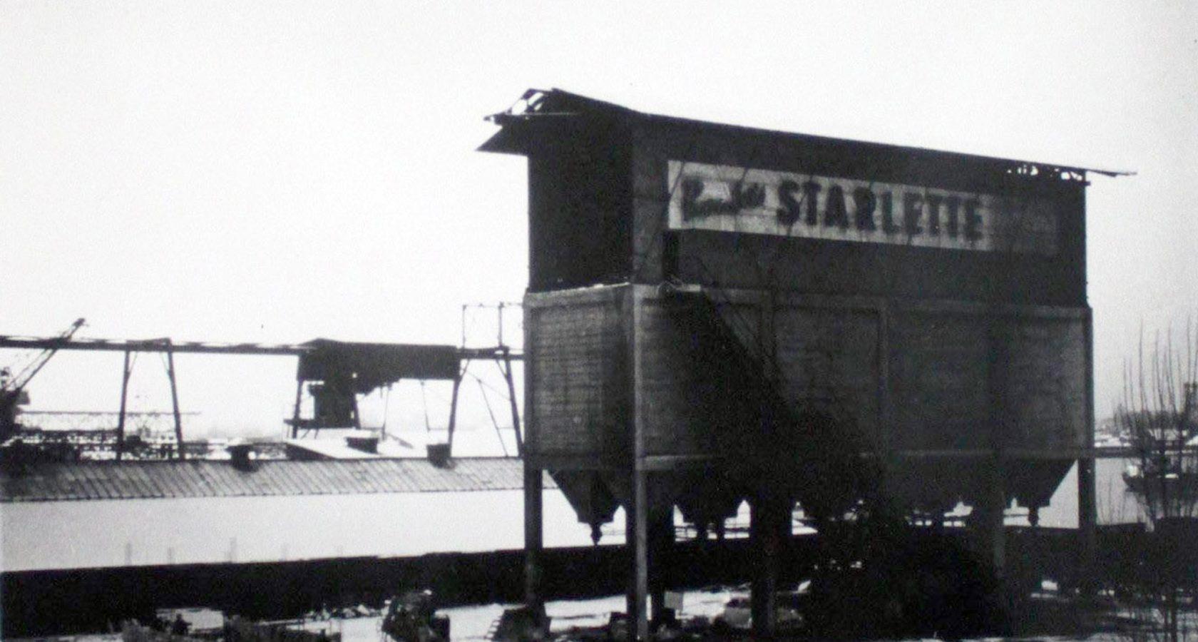 Photo de l'usine Starlette située en bord de bassin. Crédits photo : L'inventaire de la région Patrimoine Alsace
